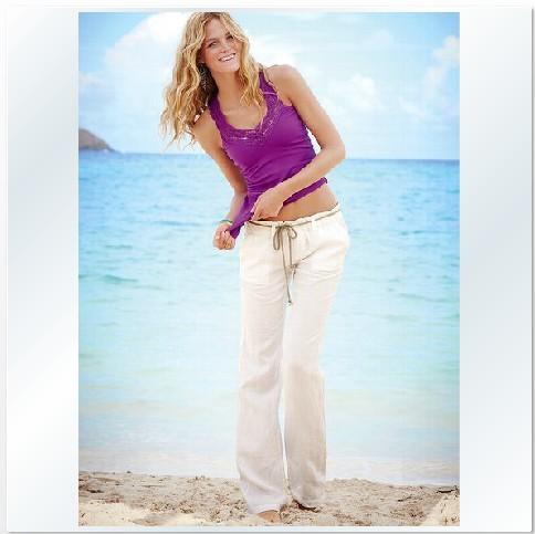Women wear linen trousers with flat-style shoes or heals and often pair the pants with a top made of other natural fibers such as wool, silk or cotton. Men opt for linen pants as an alternative to cotton chinos, and usually sport a polo shirt and boat or slip-on shoes without socks.