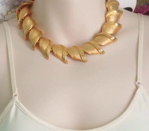 Gold Collar Necklace for an Accent for your Appearance